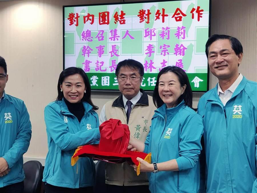新任台南市議會民進黨團總召邱莉莉(右二)在市長黃偉哲(右三)監交下,從原任總召林宜瑾(右四)的手中接下印信。(洪榮志攝)
