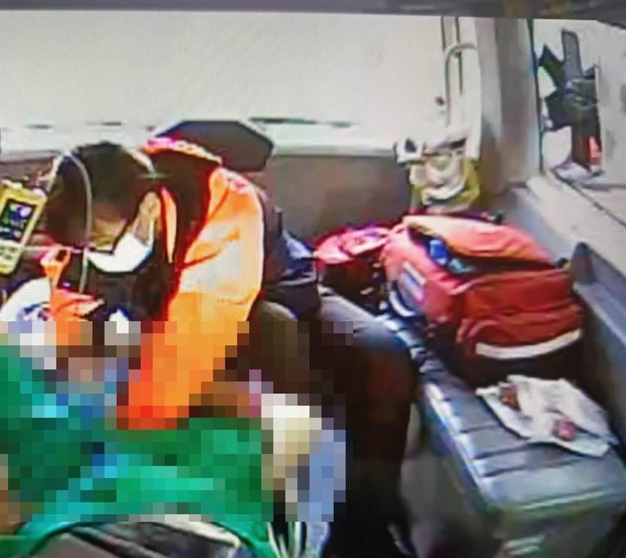 草屯鎮一名孕婦「快要生了!」請求救護車協助到場協助,但在送醫過程中,小女嬰就在救護車上「呱呱落地」。(南投縣消防局草屯分隊提供/張晉銘南投傳真)