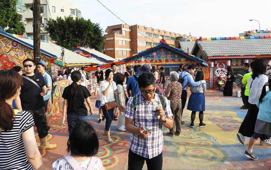 台灣燈會副展區位於南屯區,周邊人文觀光景點眾多如彩虹眷村等,每逢假日吸引大批人潮前往旅遊。(陳世宗攝)