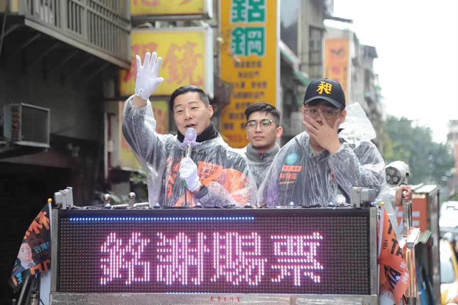 立委林昶佐(左)順利連任,13日上午在中正萬華進行全區謝票車隊掃街。(林昶佐服務處提供/張穎齊台北傳真)