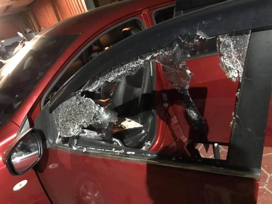 基隆一名男子於11日帶妻小出遊,行經基隆往金山的濱海公路核二廠下面的路段,疑似因為超車的關係,遭一輛黑色的車硬攔下,接著從車上下來3名渾身酒氣的男子,手持鐵棒包圍車輛,不僅一下車就瘋狂辱罵三字經,更誇張的將玻璃敲破。(摘自爆料公社粉專)