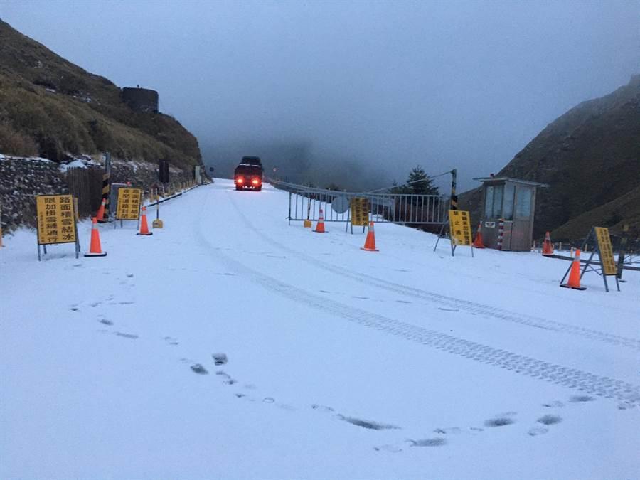▲合歡山13日清晨飄下瑞雪,積雪約10公分,山區及道路都一片雪白。(松雪樓提供/楊樹煌南投傳真)