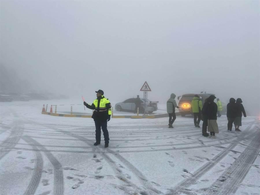 ▲合歡山傳出雪訊,由於上山追雪遊客不少,警方隨即展開雪季勤務,並指派員警上山指揮交