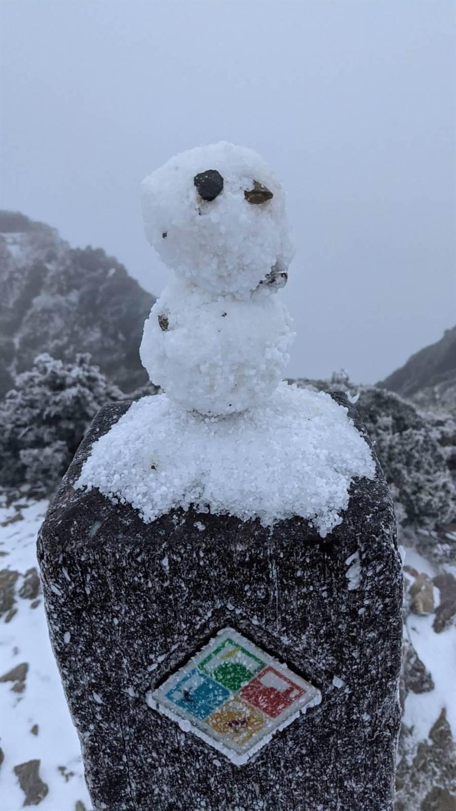 ▲合歡山清晨飄降的雪量不小,不少遊客都在山區堆起雪人。(松雪樓提供/楊樹煌南投傳真)