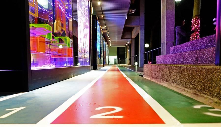 龍華科大文創系的鏡像展示迴廊,本身即是一個空間藝術品。(龍華科大提供/林志成台北傳真)