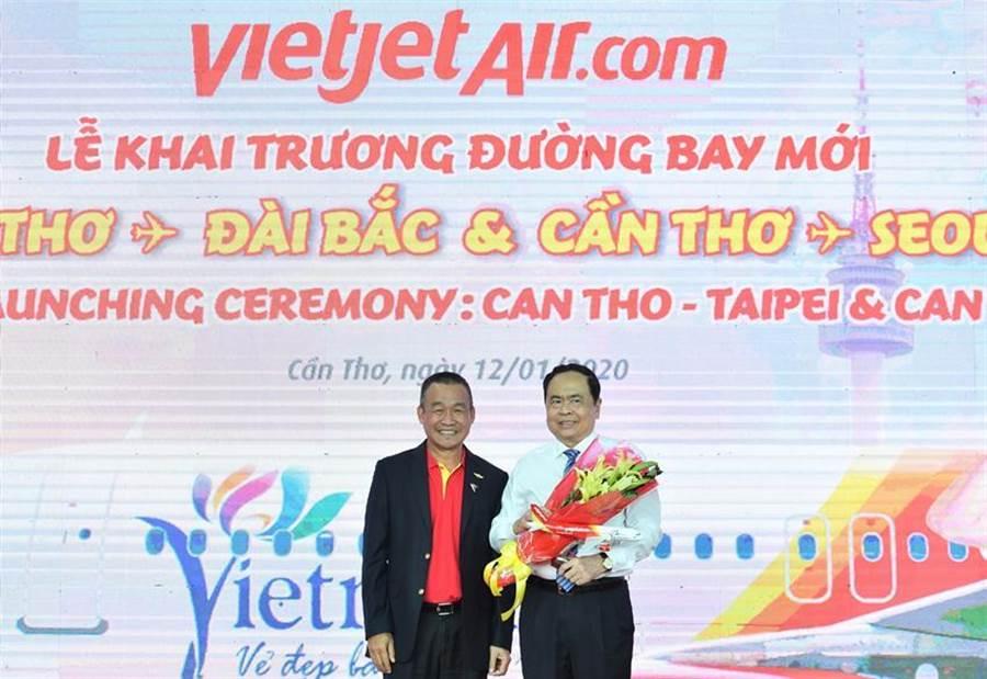 越捷航空總經理劉德慶(左)向芹苴人民議會主席黎光孟(右)至上鮮花,感謝當局給予越捷航空機會至湄公河區域拓展飛航版圖。圖/張佩芬