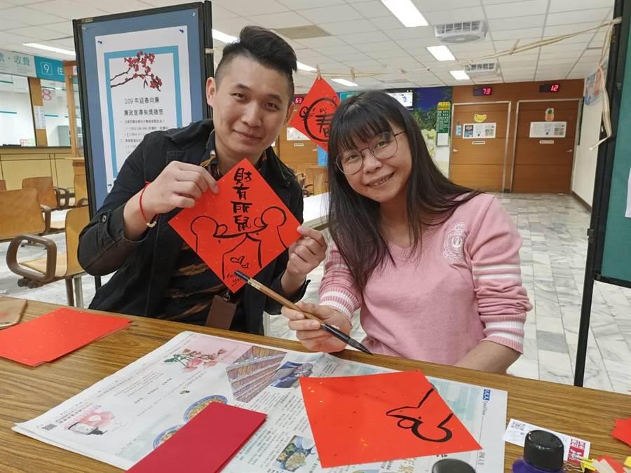 林芸嫻(右)設計Q版文創紅包袋、辦公室療癒小春聯等受民眾歡迎。(張毓翎攝)