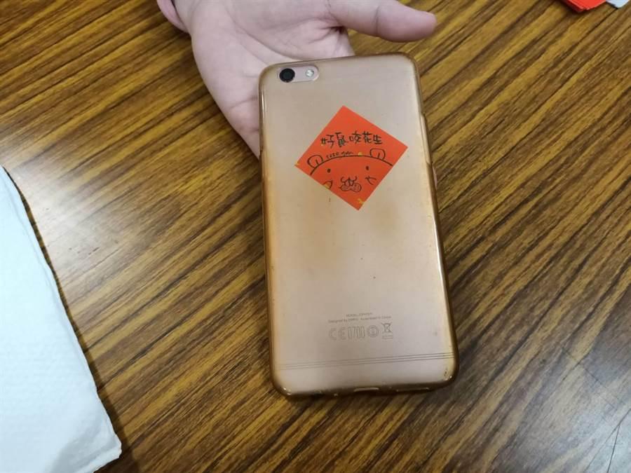 林芸嫻設計的療癒小春聯可以貼在手機殼上。(張毓翎攝)