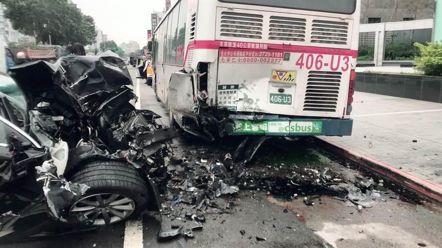 53歲陳姓轎車駕駛因精神不濟撞擊停在路邊的公車,所幸僅腿部擦挫傷送醫。(民眾提供/李文正翻攝)