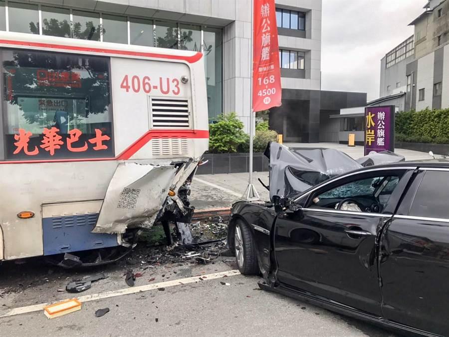 44歲王姓公車司機違規停在紅線,獨自1人在車上休息,並沒有任何受傷。(民眾提供/李文正台北傳真)