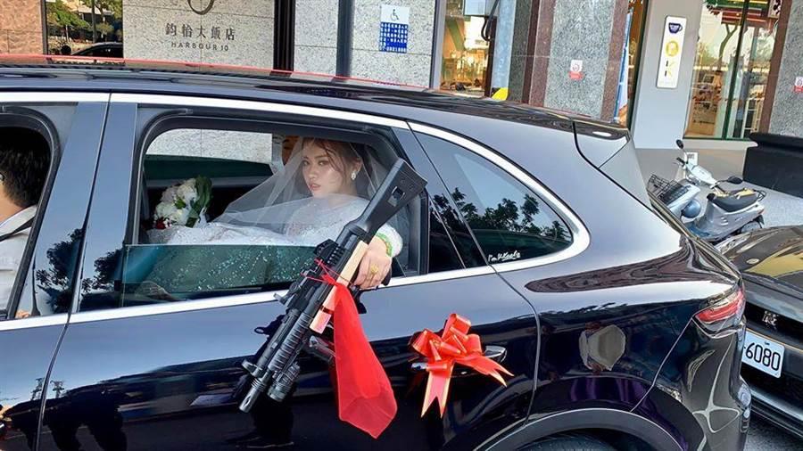霸氣新娘丟「衝鋒槍」,網友笑翻。(照片來源:臉書《爆笑公社》)