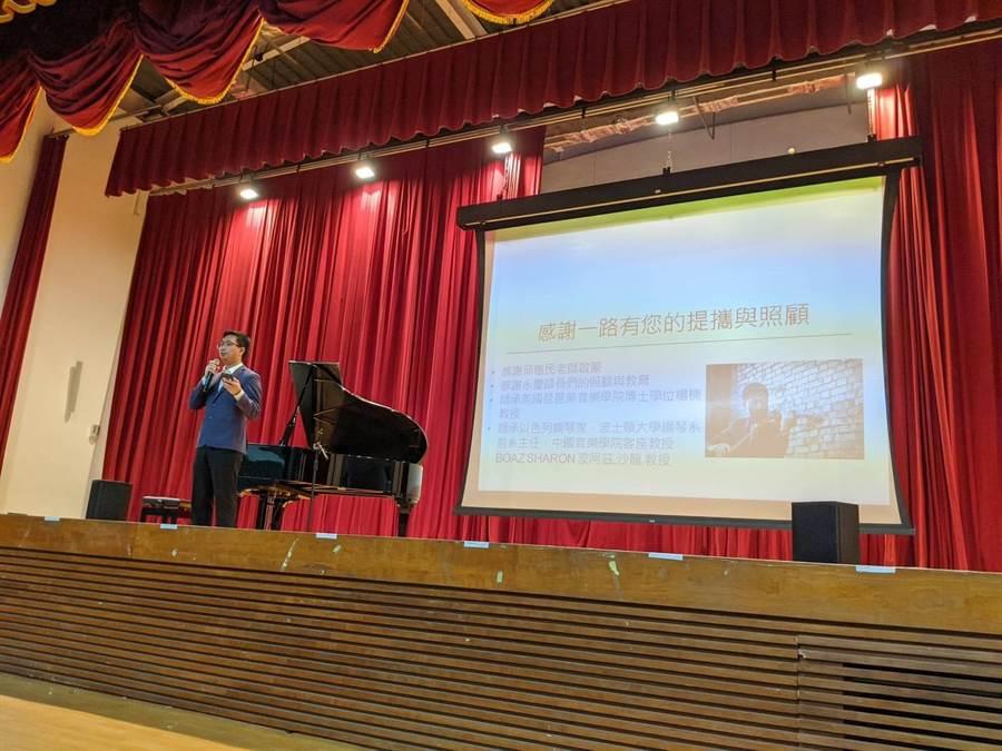 永慶高中校友侯星合捐贈平台鋼琴給母校,今13日舉辦捐購儀式。(永慶高中提供/呂妍庭嘉義傳真)