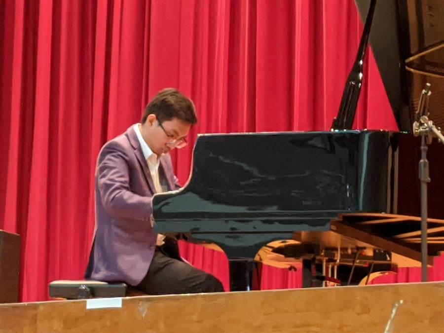 永慶高中校友侯星合捐贈平台鋼琴給母校,捐贈儀式上還進行一場鋼琴演奏。(永慶高中提供/呂妍庭嘉義傳真)