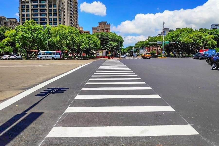 竹北市光明六路人行環境改善工程,獲得第一屆「金竹獎」設施及其他工程類特優。(羅浚濱攝)