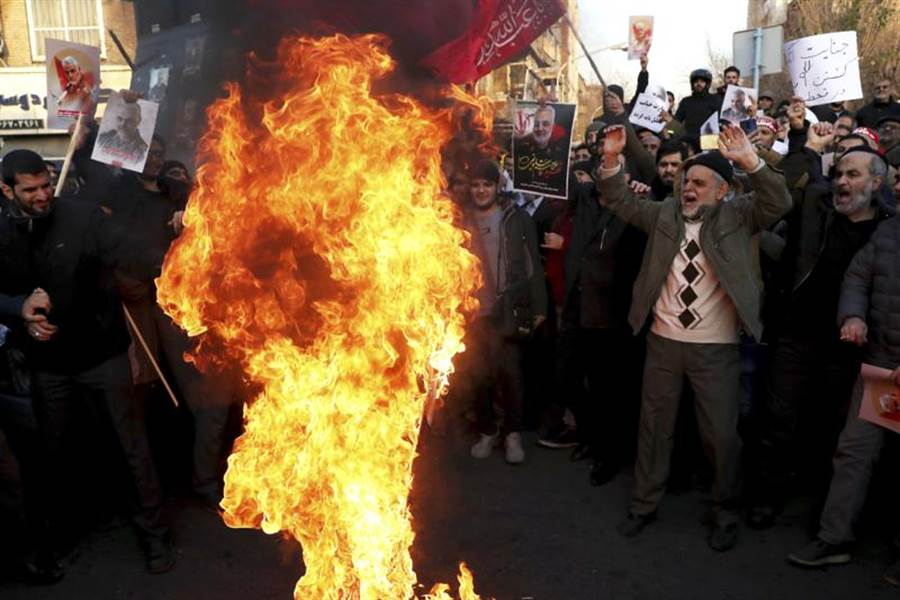 美國總統川普下令出動無人機,刺殺伊朗第二號人物,也就是革命衛隊精銳聖城部隊(Quds Force)指揮官蘇雷曼尼後,抗議者12日在英國駐德黑蘭使館前高喊口號,並焚燒美國盟友英國與以色列的國旗。(美聯社)