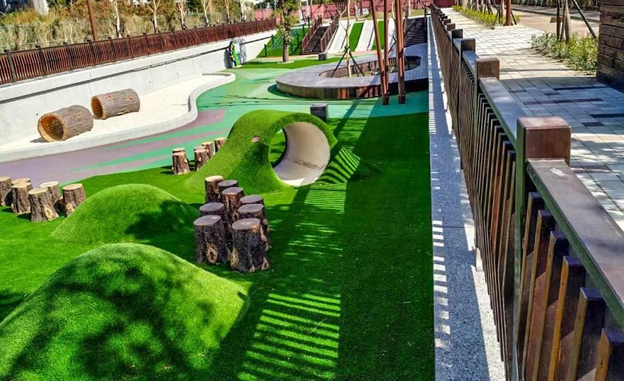竹東台泥公園採用共融式兒童遊憩施設,將成親子休閒的好去處。(羅浚濱攝)