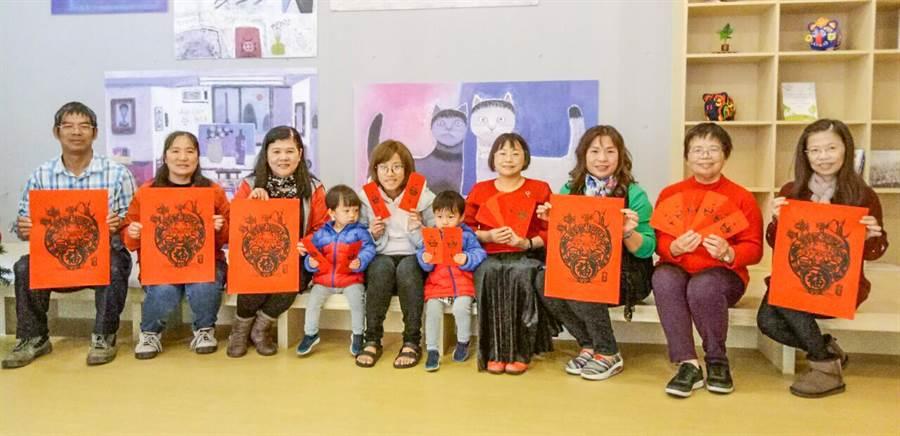 文化局18日在新瓦屋舉辦福客慶豐年活動,將讓民眾拓印金鼠年春聯版畫及紅包袋。(羅浚濱攝)
