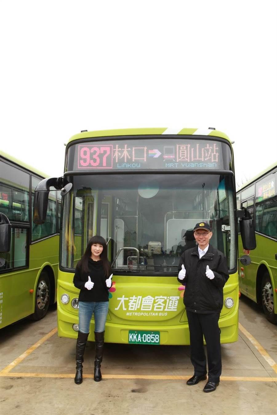 市議員蔡淑君(左)、大都會客運總經理李建文(右)與全新的937公車合影。(市議員蔡淑君提供/吳亮賢新北傳真)