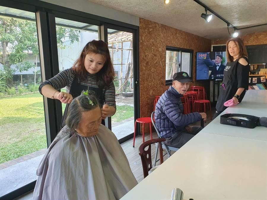 東山吉貝耍出身的3位美髮師相揪返鄉替老人家義剪。(莊曜聰攝)