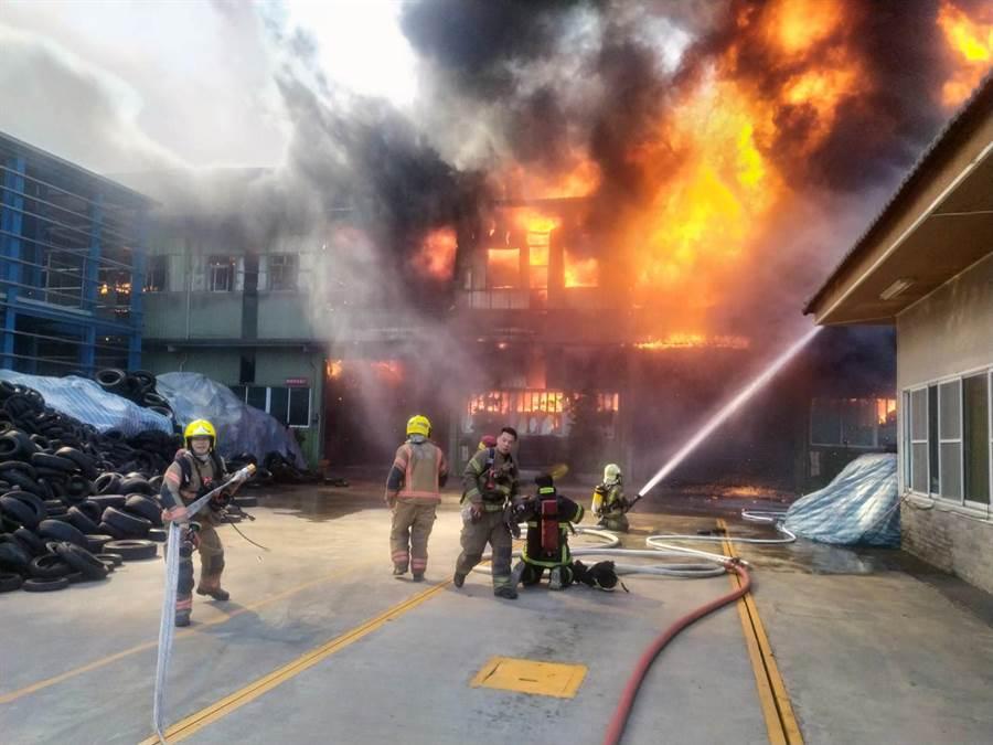 台南市仁德區一家精密工業工廠傳出火警。(台南市消防局提供/洪榮志傳真)