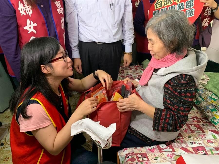 華山基金會關懷弱勢,希望民眾踴躍幫助募集愛心年菜。(林瑞益攝)