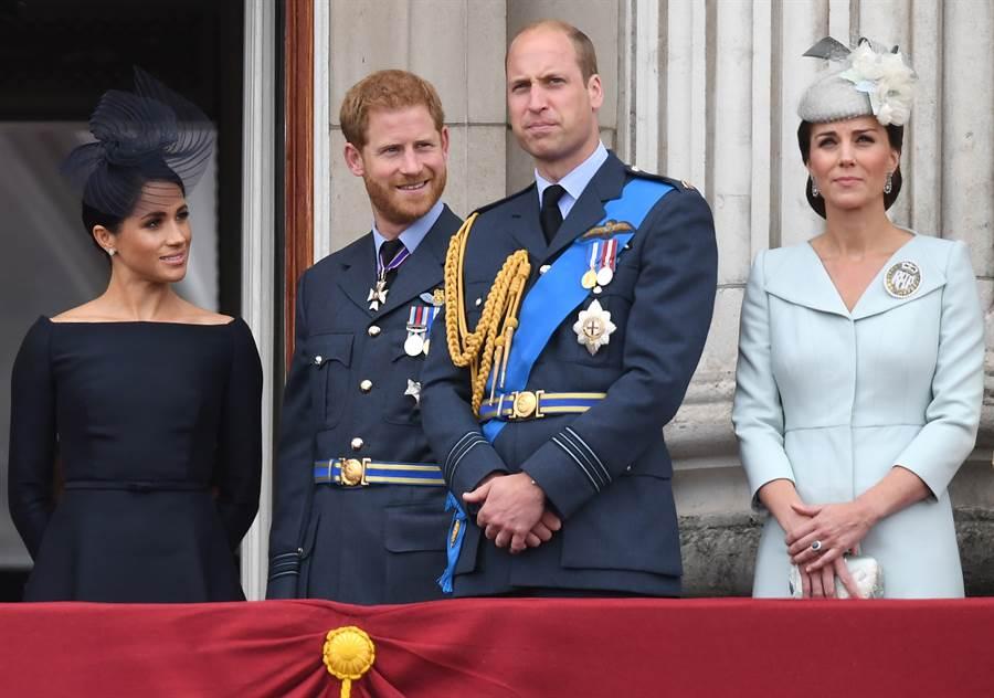 梅根(左一)與哈利王子(左二)會選擇退出英國王室核心,據說是因為他們認為,受到哥哥威廉王子(右二)霸凌的態度排擠,右為威廉的妻子凱特。(達志圖庫/TGP)