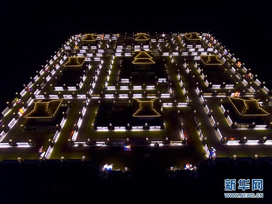 航拍「大陸規模最大燈陣」迎客來。(照片取自新華網)