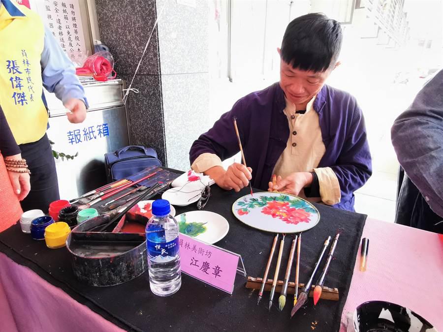 擅長彩墨、水彩、油畫的知名畫家江慶章老師,也在現場畫扇送給民眾。(吳建輝攝)