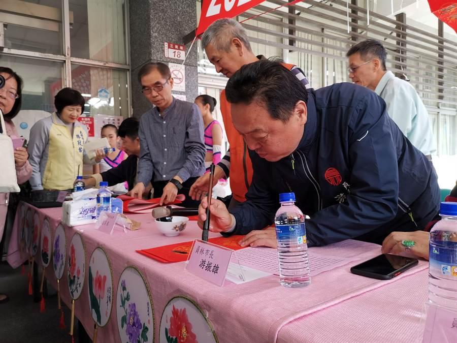 員林市長游振雄說,他只練習了一天毛筆,跟老師沒辦法比,但心意最重要,希望所有市民都能「天福地福全家福」。(吳建輝攝)
