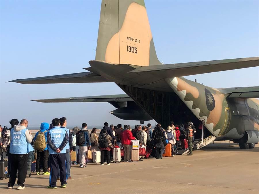 國防部今天下午派遣2架次軍機支援疏運金門旅客。(李金生攝)