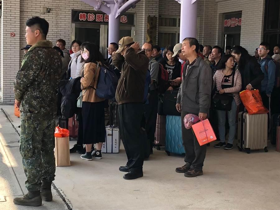 遠航停飛打亂台金線空中交通,圖為在尚義軍機場等待登機的旅客。(李金生攝)