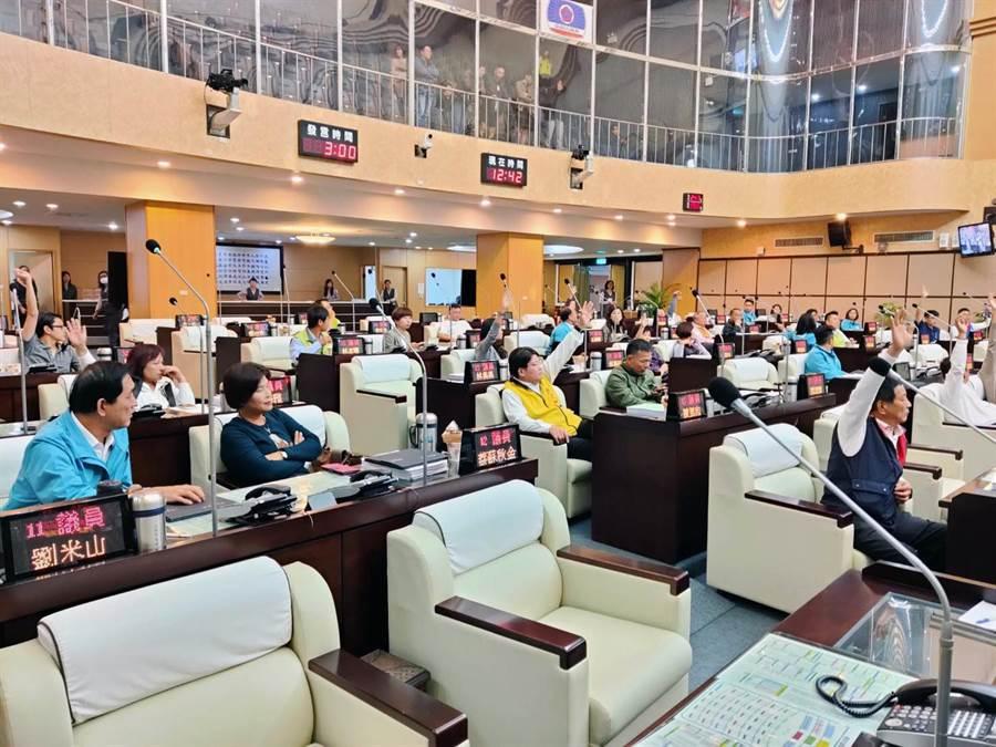 台南市政府經發局向市議會臨時會提出補助「臺南市工商發展投資策進會2698萬元,刪減2697萬9千元」覆議案,因支持與反對的議員相持不下,經休息協商。(洪榮志攝)
