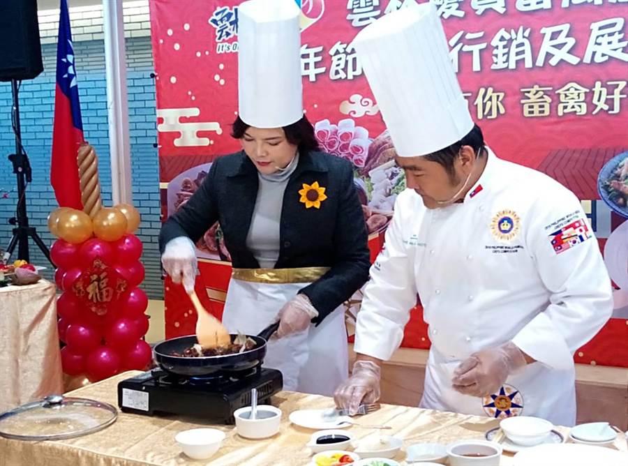 雲林縣長張麗善(左)在大廚蘇嘉益(右)的指導下秀廚藝,烹煮出花雕雞年菜。(許素惠攝)