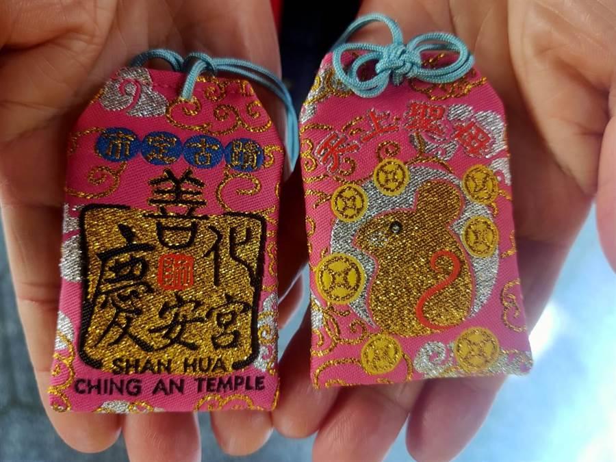 善化慶安宮新年福袋出爐,主題是「子鼠有錢」,金鼠配上粉色底相當亮眼。(莊曜聰攝)