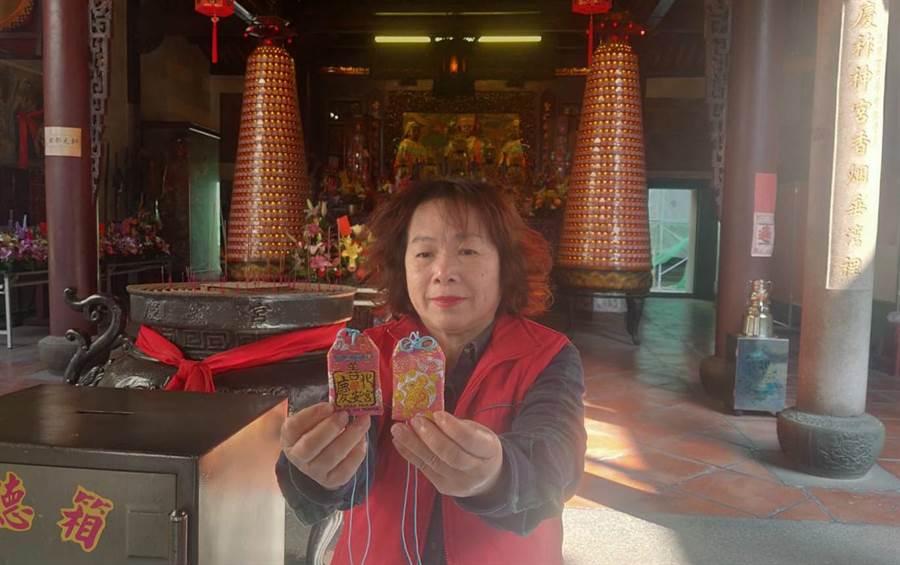 善化慶安宮今年準備2200個福袋要送給民眾,大年初一上午10點開始發放。(莊曜聰攝)