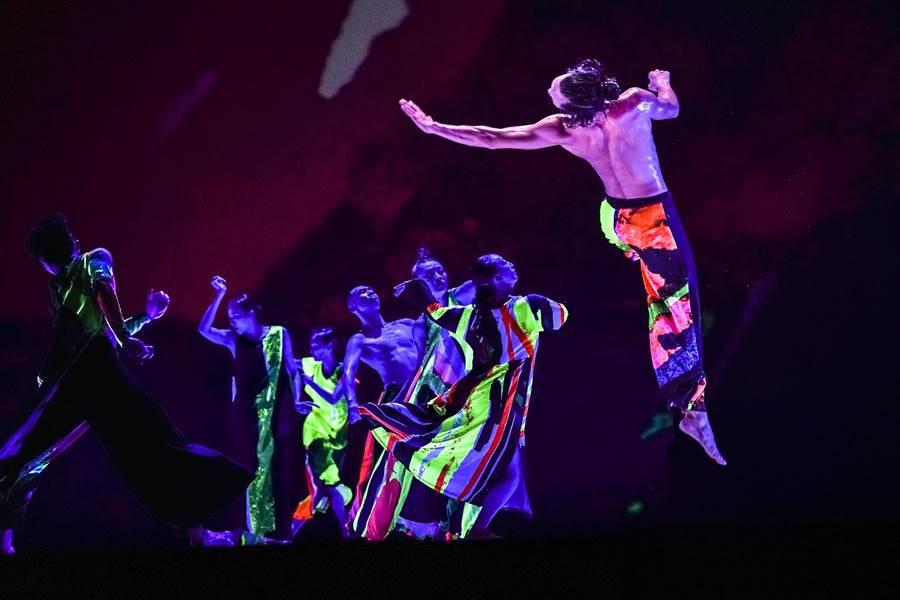 雲門舞集作品《十三聲》,舞者身穿螢光舞衣,在黑暗中跳舞,別具特色。(劉振祥攝,雲門舞集提供/李欣恬台北傳真)