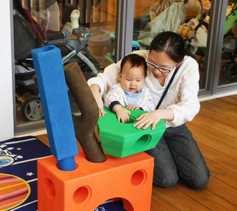 萬板閱覽室春節前夕推出免費「幼兒感覺統合」親子活動課程。(新北市立圖書館提供/王揚傑新北傳真)