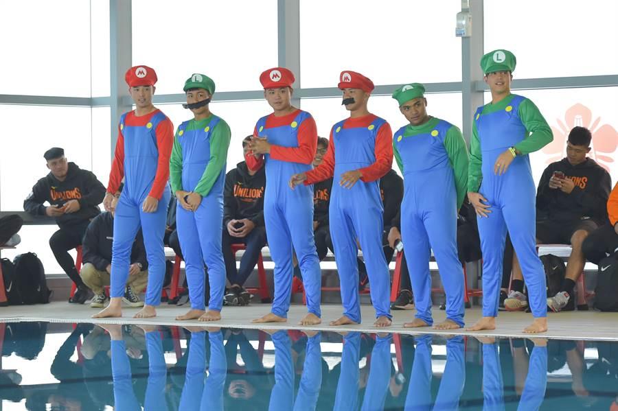 統一獅歷年傳統「新人選手跳水挑戰」,去年新秀全部換上瑪利歐跳水,左起林安可、羅暐傑、吳承諭、柯育民、邱智呈、黃紹熙。(統一獅提供)