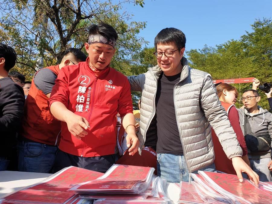 陳柏惟(左)強調,一直以來他針對的是韓國瑜的個性和謊言,不是個人。如果韓明天開始專心經營高雄,他也沒有理由繼續糟蹋(罷免)他。(袁庭堯攝)