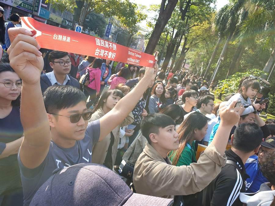 罷免春聯販售現場擠滿排隊民眾,多數都衝著陳柏惟而來。(袁庭堯攝)