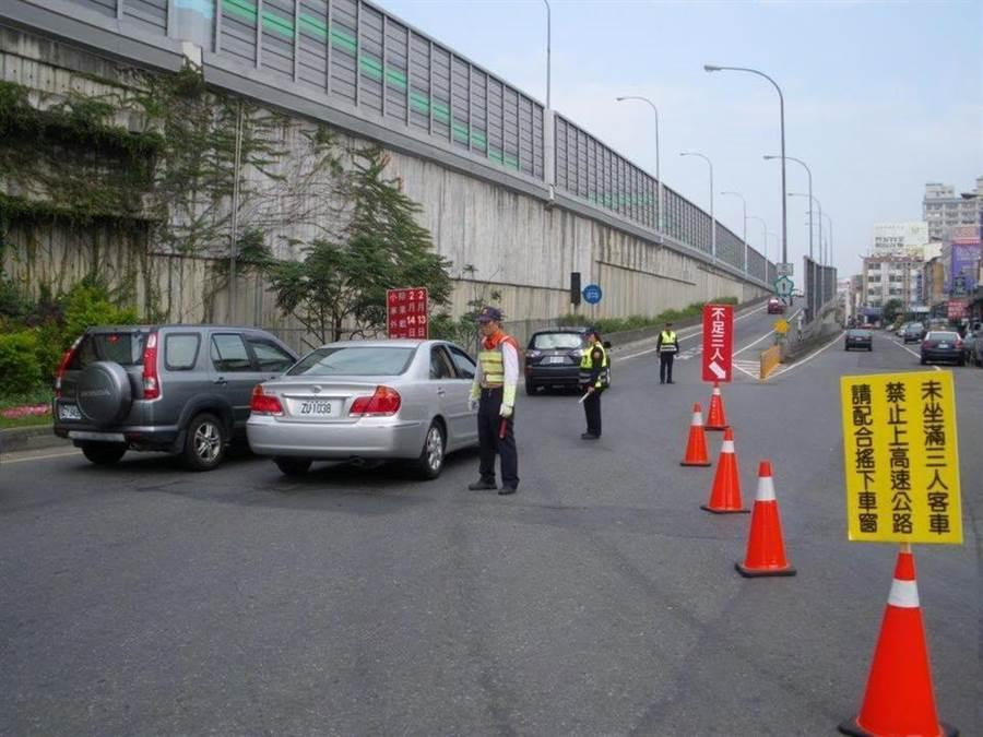 年節將近,警方祭出109年度高乘載管制實施的相關法規,高乘載期程為109年1月27日、1月28日13到18時。(高市警三民二分局提供/洪浩軒高雄傳真)