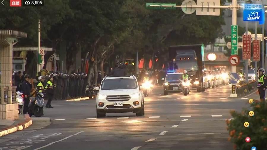 移柩車隊自三軍總醫院懷德廳出發後一路到國防部。(翻攝自直播影片)
