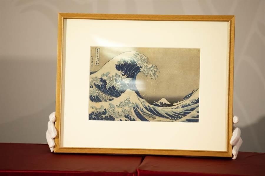 《神奈川沖浪裡》表現人們在大浪中,載浮載沉,圖中遠方仍可看見高聳的富士山,蔚為經典。(時藝多媒體提供/李欣恬台北傳真)