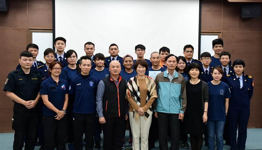 台東縣有19人通過訓練,取得EMT-2(中級救護員)證照,縣長饒慶鈴13日頒發證書。(莊哲權攝)