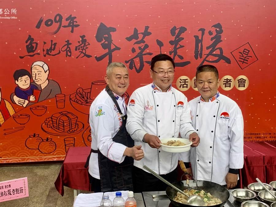 魚池鄉長劉啟帆(中)和代表會主席梁政裕(右),展示愛心年菜。(廖志晃攝)