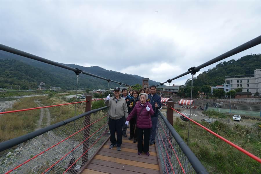 苗栗縣南庄鄉著名觀光地標「康濟吊橋」,去年底修復完成,13日重新啟用。(何冠嫻攝)