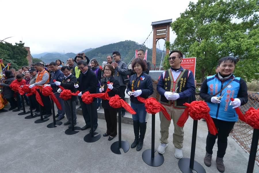 南庄康濟吊橋因損壞緊急封閉修繕,13日剪綵宣告重新啟用。(何冠嫻攝)