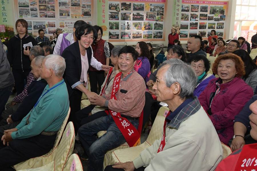 彰化縣長王惠美(左)向獲獎的彰化市模範農民道賀。(謝瓊雲攝)