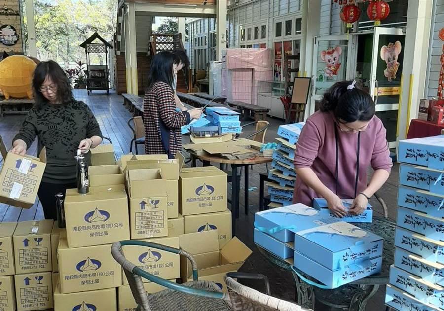 南投縣農產運銷公司,在大選後包裝春節禮盒趕出貨。(廖志晃攝)