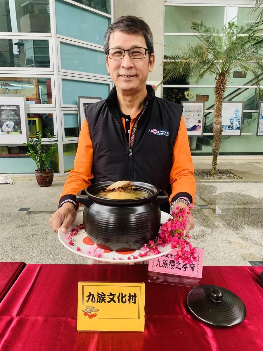 九族文化村經理黃瑞奇,展示幸福年菜。(廖志晃攝)